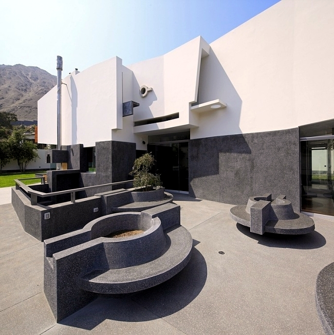 Floating, modern family home near Peru