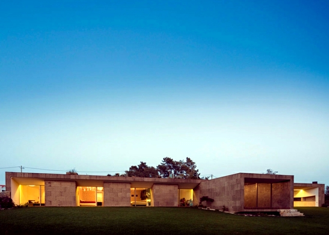 Houses modern blends harmoniously with the landscape