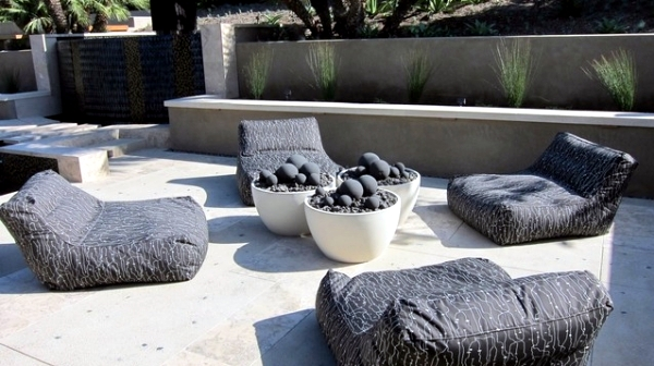 Pouf located in the courtyard garden to facilitate