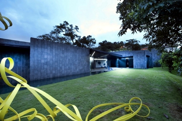 Minimalist house with flat roof - a haven in the midst of nature