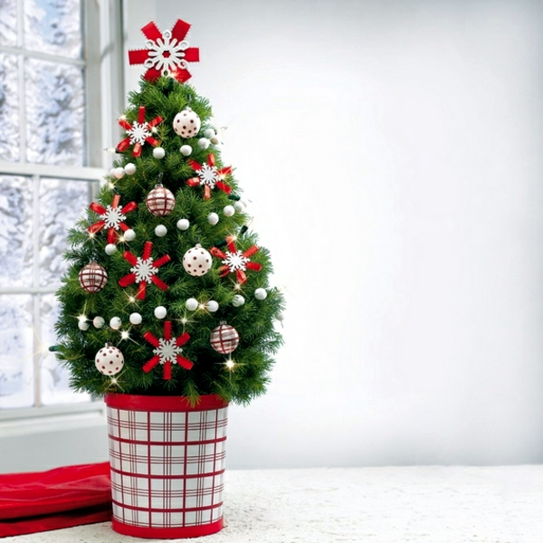 Home decorating small christmas tree on the table for Decorate christmas ideas your home