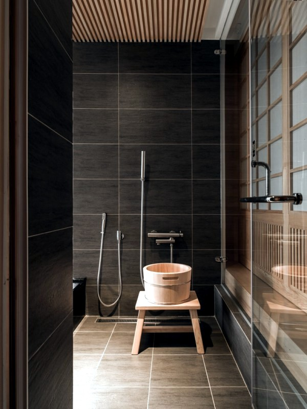 Modern minimalist interior design style japanese style for Small japanese bathroom design