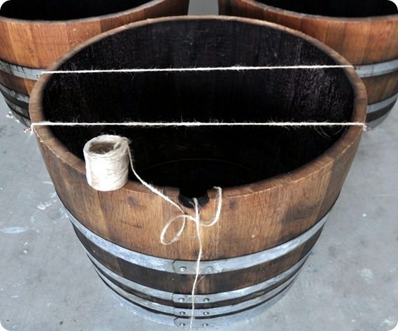 Build wooden planter itself old wine barrel - Illustrated