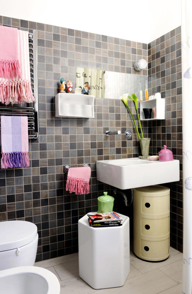 Tile brown and pink towels interior design ideas ofdesign for Pink and brown bathroom ideas