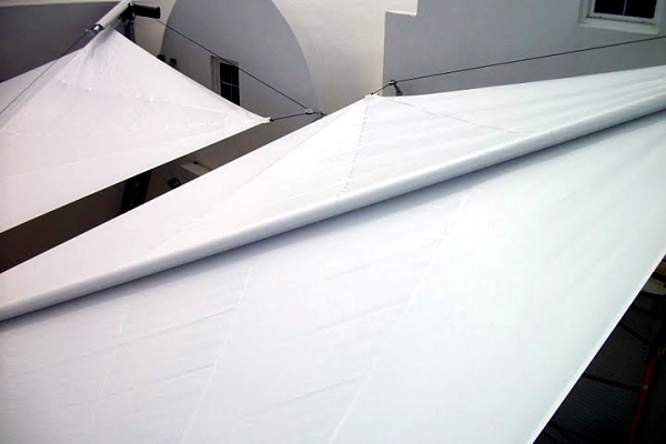 Retractable awning - a strong operation at any point