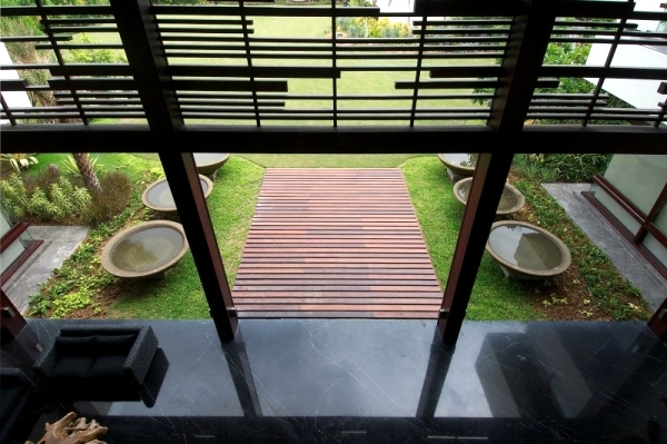 Airy house roof - modern design by Hiren Patel Architects