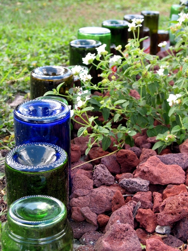 Use empty wine bottles in the garden again 20 clever for How to use wine bottles in the garden
