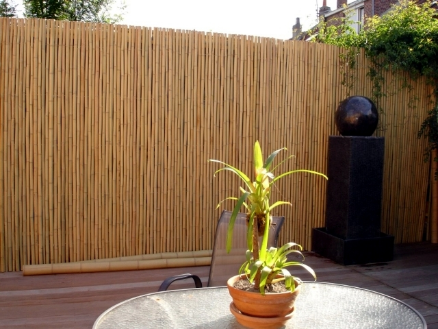 bamboo balcony privacy screen ideas with plants carpets. Black Bedroom Furniture Sets. Home Design Ideas