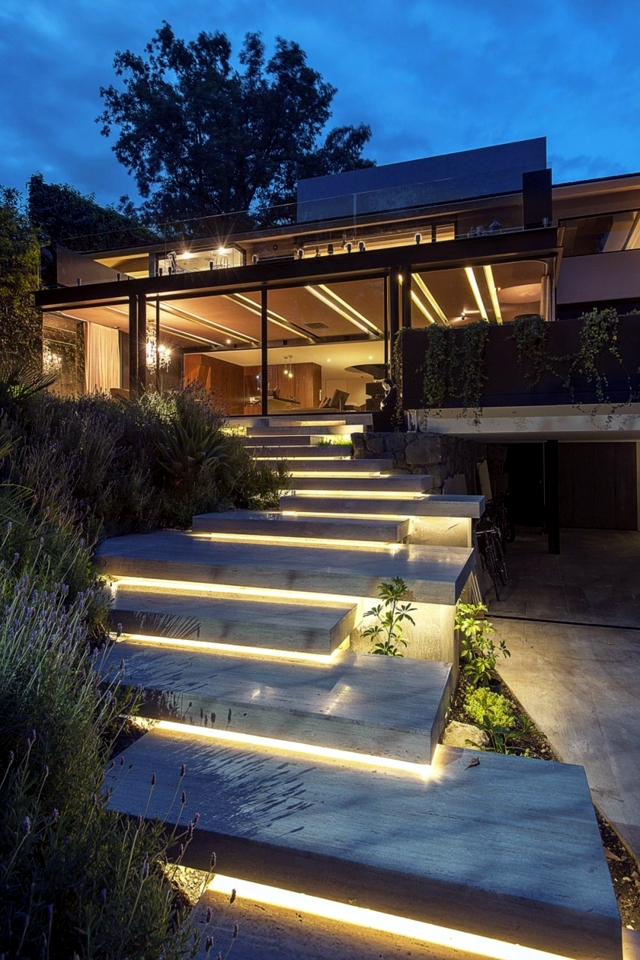 Detached modern concrete house meets the spirit of the age