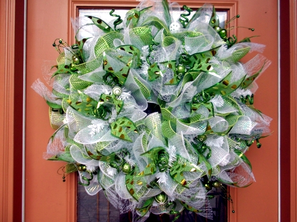 Christmas decoration in white and green - the color scheme naturally beautiful