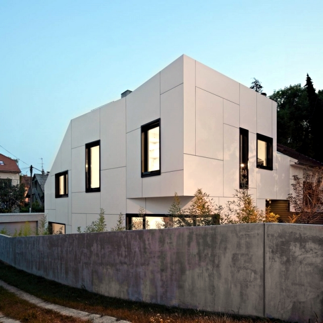 A + A DVA-Arhitekta a white house with an abstract exterior design