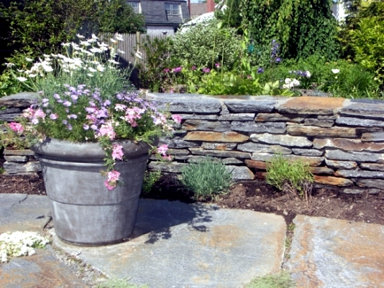Stone wall in the construction of the garden - ideas for attractive garden architecture