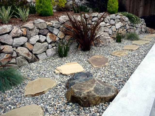Landscaping with stone 21 ideas and use in garden for Landscaping rocks pebbles
