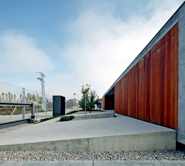 One storey flat roof of minimalist concrete and wood for Minimalist house flat roof