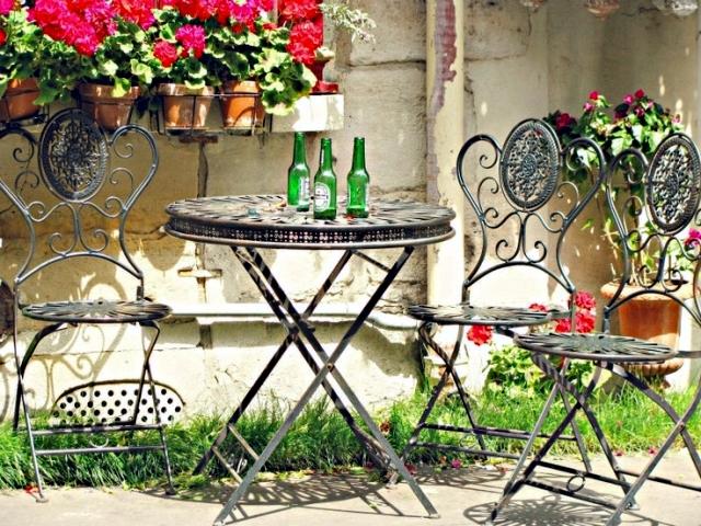 21 wrought iron garden furniture - Highlights the graceful air
