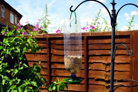 build vogelfutterhaus me attracting birds to the garden. Black Bedroom Furniture Sets. Home Design Ideas