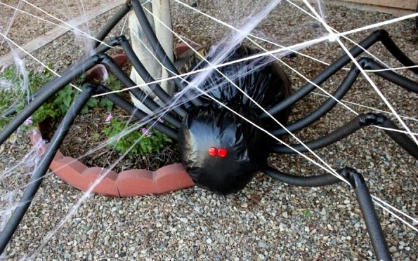 Two decorating ideas for Halloween crafts - the spider and the giant spider