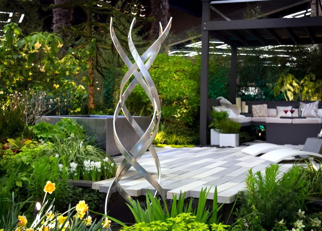 metal garden decorations - How large sculptures effect is used