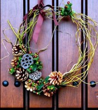 door-wreath-from-natural-materials-craft-decorating-idea-for-the-fall-and-winter-0-457