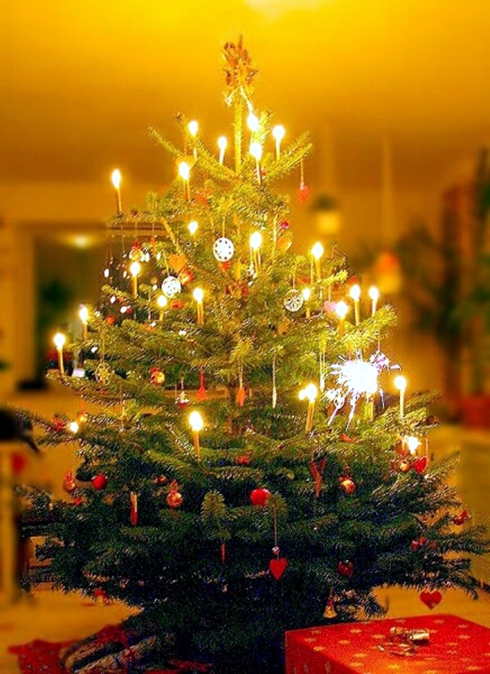 Evocative Christmas tree decoration for traditionalists
