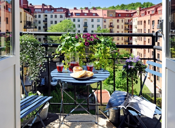 Design small balcony – ideas with colorful furniture and yard plants ...