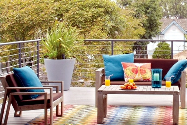 Design small balcony - ideas with colorful furniture and yard plants