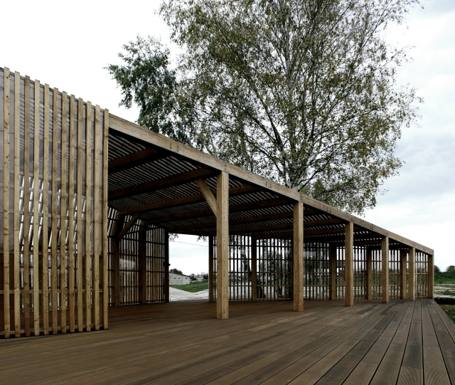 A small wooden summer house in Moscow by Khachaturian architects