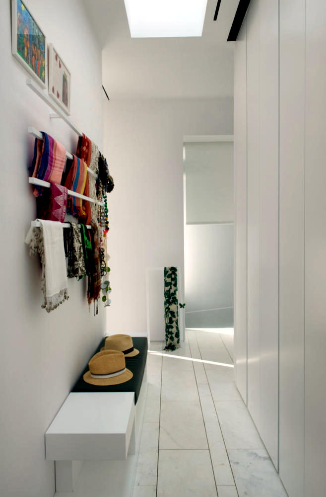 white bench and coat rack in the hallway close interior design ideas ofdesign. Black Bedroom Furniture Sets. Home Design Ideas