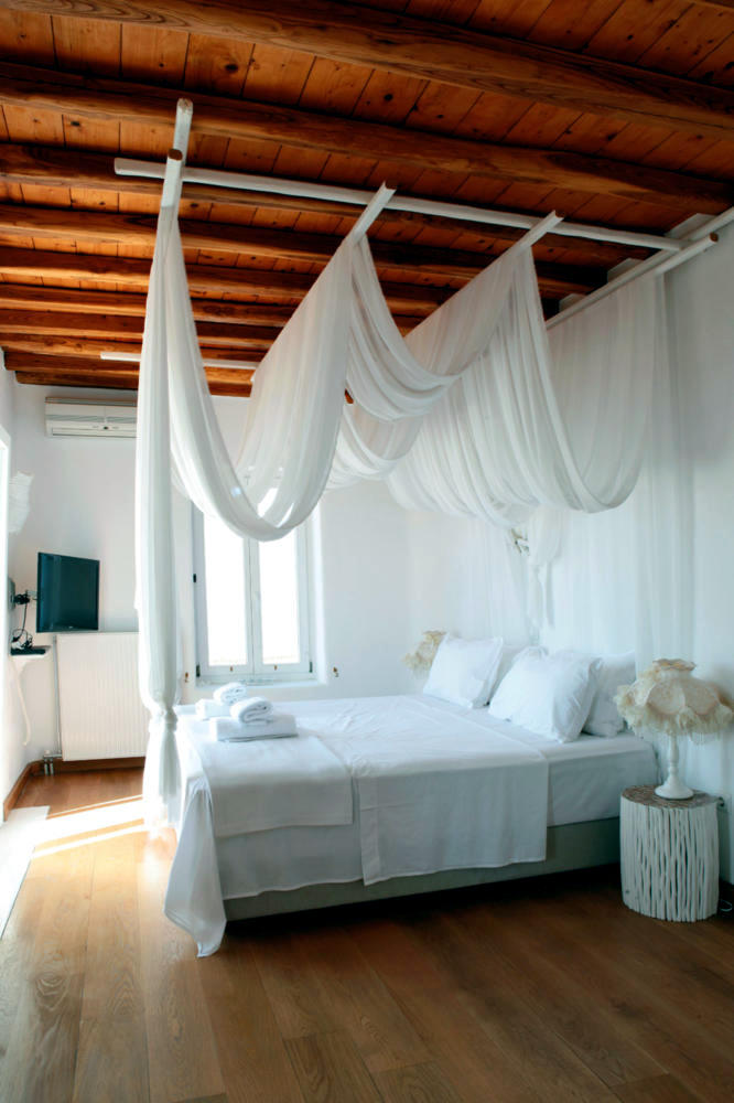 Four Poster Canopy Bed With Flowing Interior Design