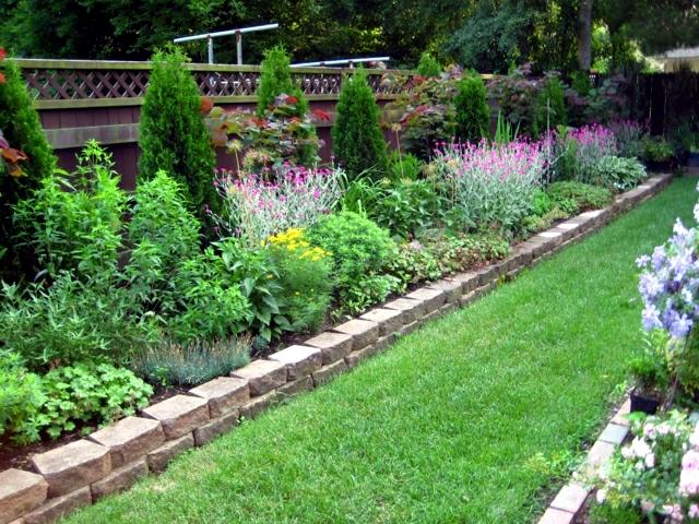 Stones ashamed border - separate parterres of lawn