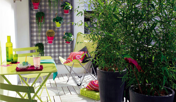 Privacy for the balcony with plants and bamboo mats for Balcony zen garden ideas