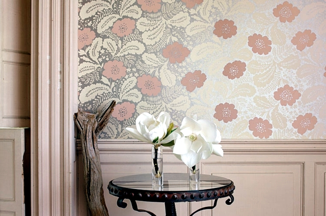 Wall decoration with fabric stretched fabrics embellished inside