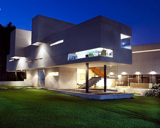Modern concrete house of mexico with high ceilings and for Elevated modern house design
