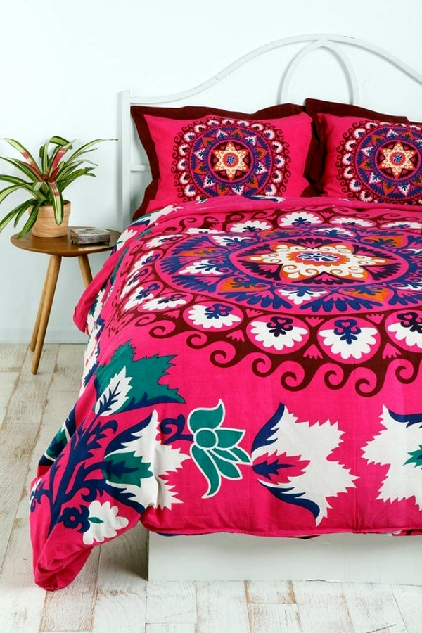colorful bedding. chair and a half. dorm room with colorful, Badezimmer