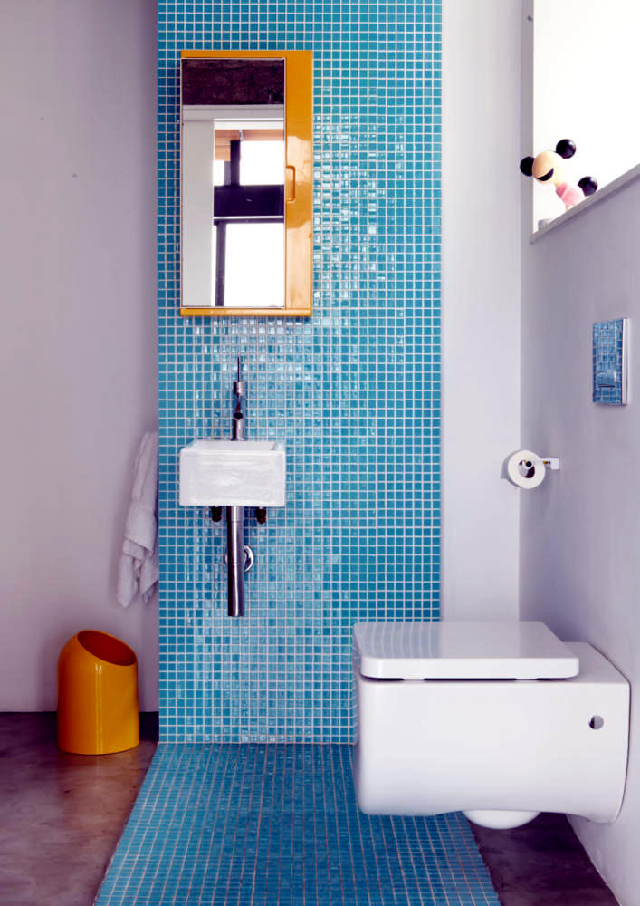 Bathroom with blue mosaic tiles | Interior Design Ideas - Ofdesign