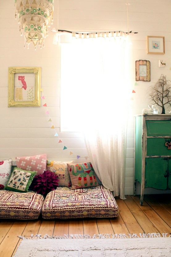 Make and decorate a hug and a reading corner in the nursery