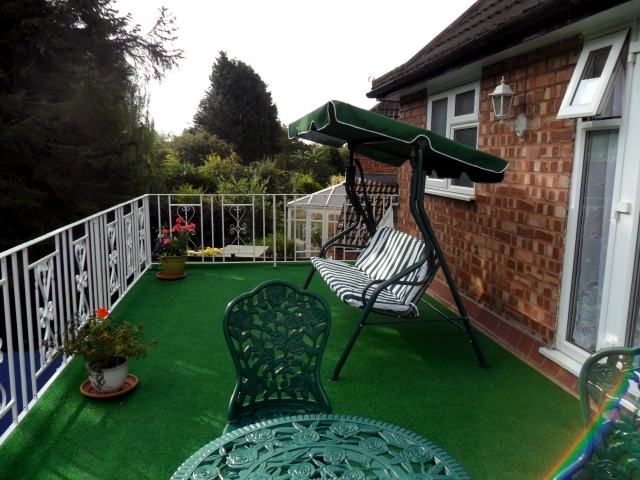 The synthetic grass for balcony and terrace - Easy to clean and green all year round