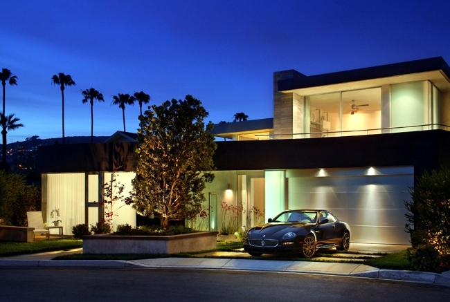Select modern garage door - With a design that fits well at home