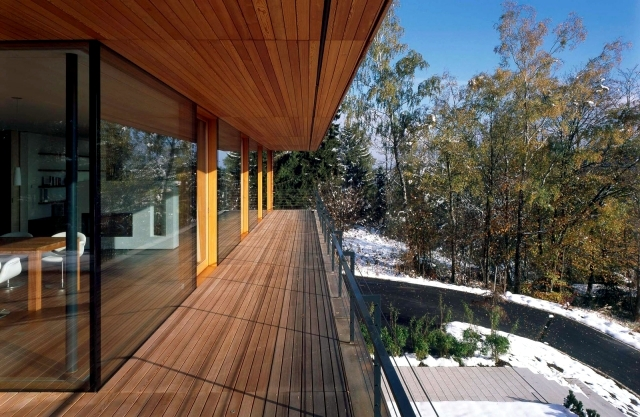 The wooden floor and balcony appearance and weather resistance ...