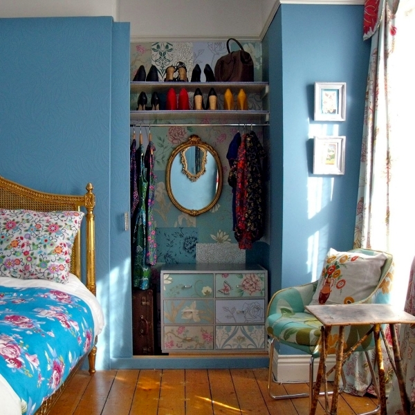 Ideas for the open closet in the room - how to hide?