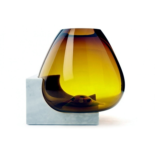 Glass vases decorated with bright colors bring in.