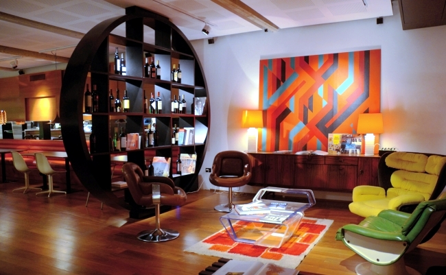 Installation in retro style furniture and the colors of for Interior design 70s style