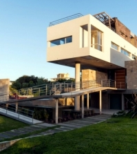 modern-concrete-house-overlooking-the-coast-of-argentina-0-911