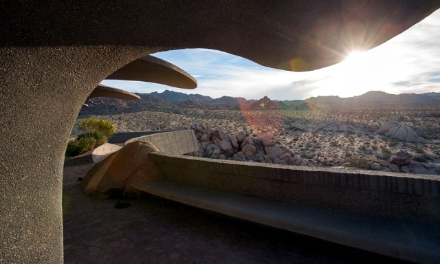 Contemporary residence as a time machine in the desert of California