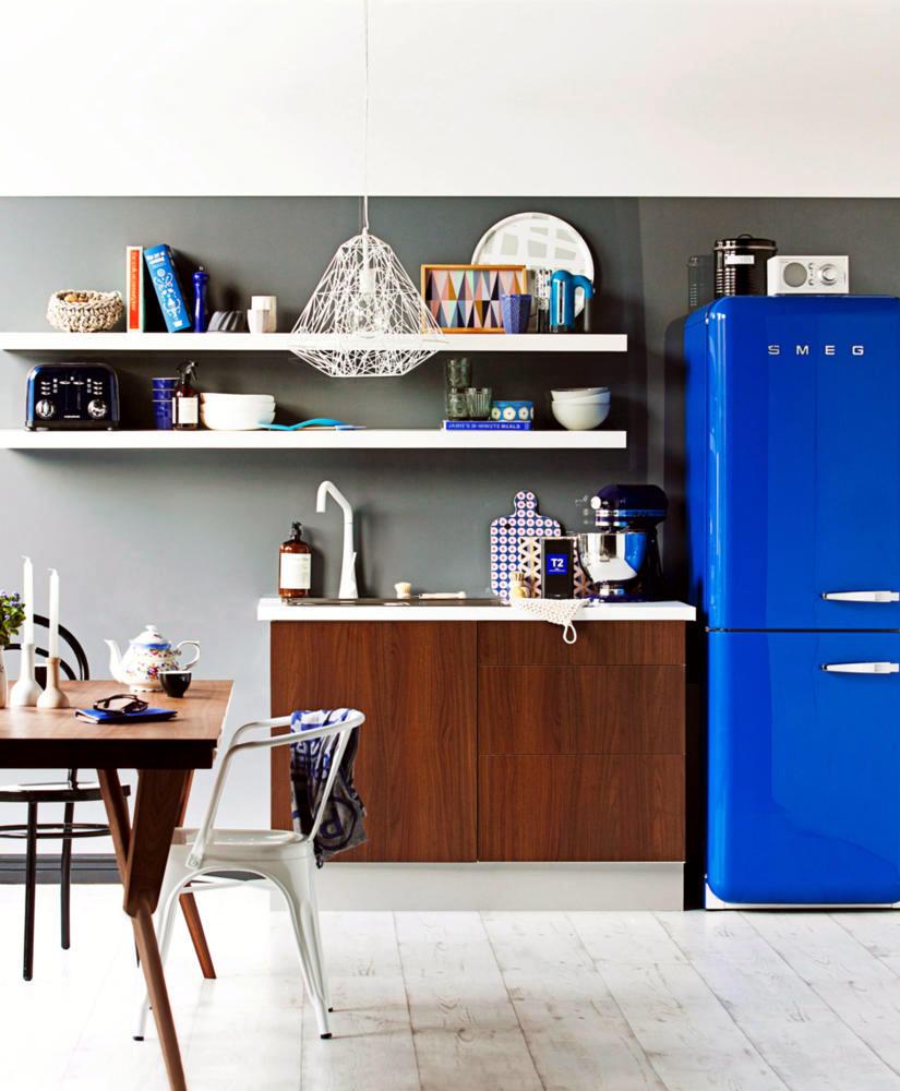 Kitchen in a retro look with blue fridge interior design ideas