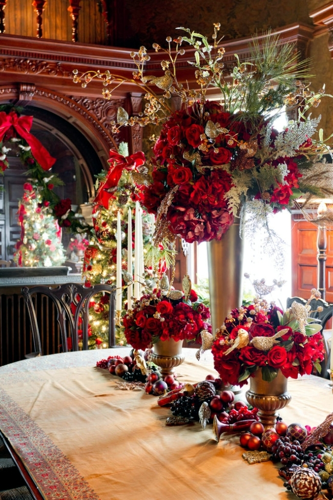 Decorated in an old house in new york very well for for Ideas to decorate dining room table for christmas