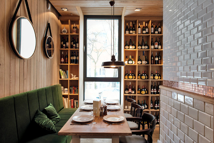 A restaurant in the chic rustic decor