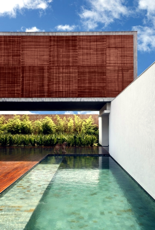 Aesthetics meets minimalist modern house by Guilherme Torres