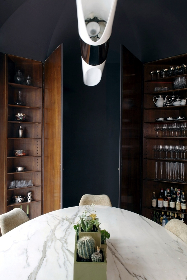An elegant apartment in Milan shows a colorful mix of styles in design