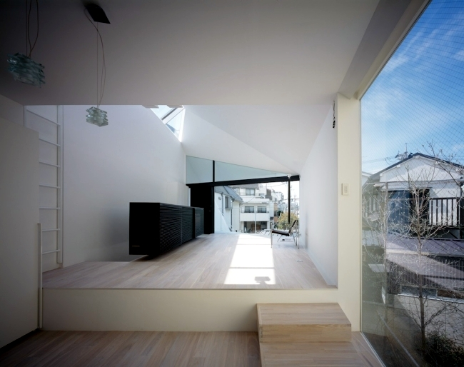 Architect house arrow in tokyo with an asymmetrical for Asymmetrical balance in interior design